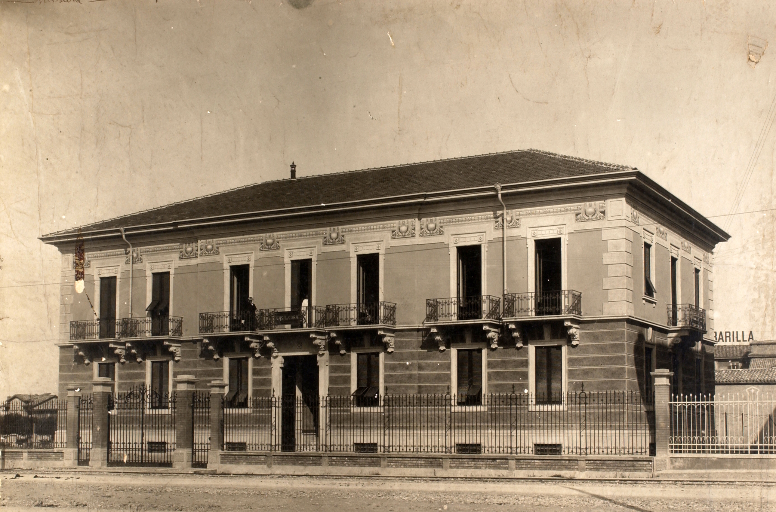 The transformations of the facade on Viale Veneto (today Viale Barilla) began with the expansion of the area that formed Manguidi and Vecchi Nursing Home here shown in a photo from the 1920s [ASB, Aa 576] and the construction of the building used for the
