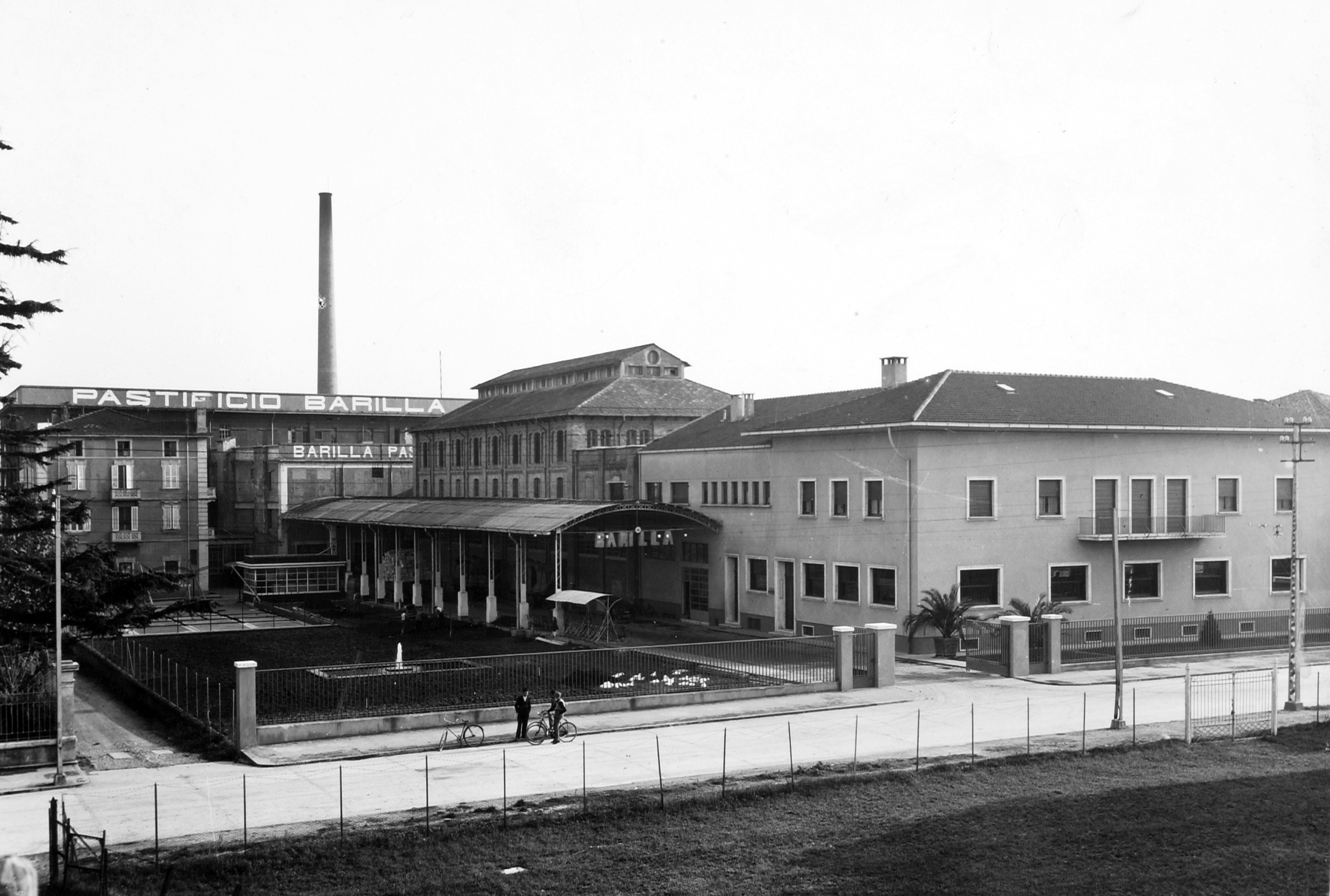 The industrial complex after the transformation made by the architect Karl Elsässer in 1933 with the Mill in the background [ASB, Aa 85].