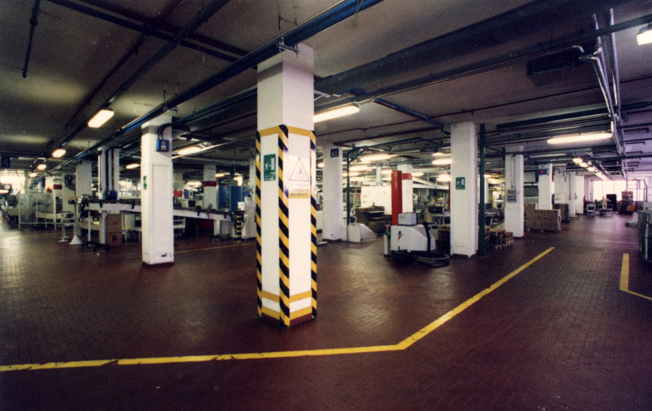 Kinta Kimura, inner view of an intermediate floor of the Barilla plant in a photo of February 1995 [ASB, O, Stabilimenti].