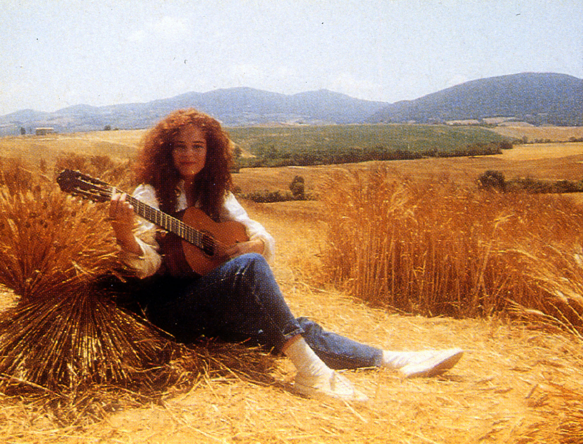 The girl with the guitar who sings Bruno Lauzi's songs introduces in 1987 a modernity element in the TV communication system of Mulino Bianco