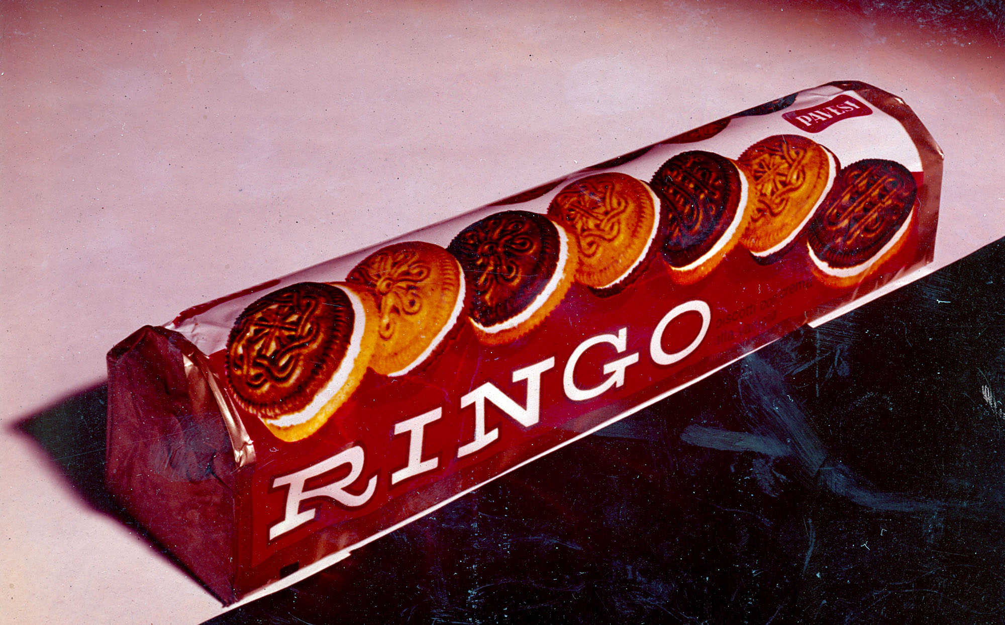 The first Ringo packaging in 1967 highlighting the double color of the biscuits