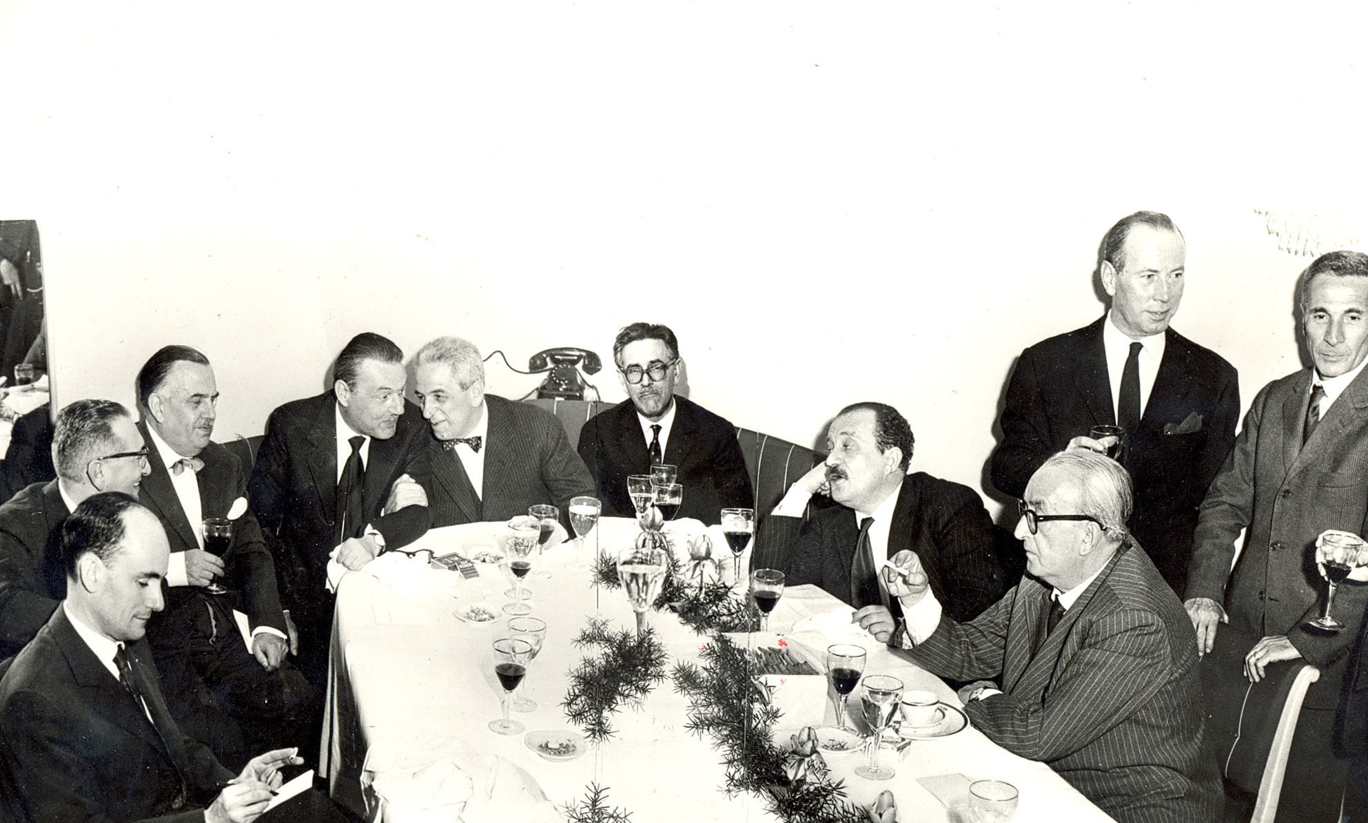 Mario Pavesi at Savini Restaurant in Milan together with various exponents of the world of the arts and culture in the Sixties