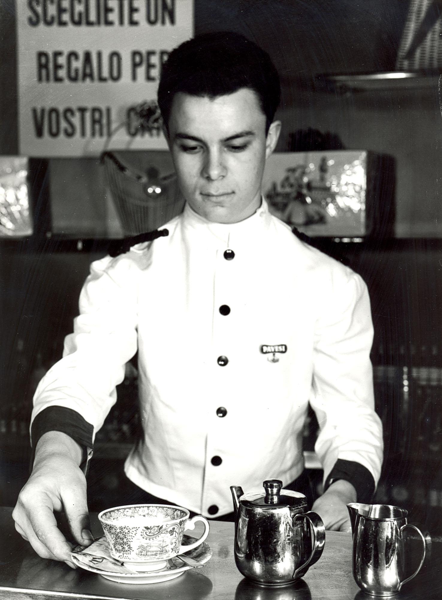 Il personale di servizio in divisa e i piatti e le tazze marchiati caratterizzano l'interno degli Autogrill Pavesi