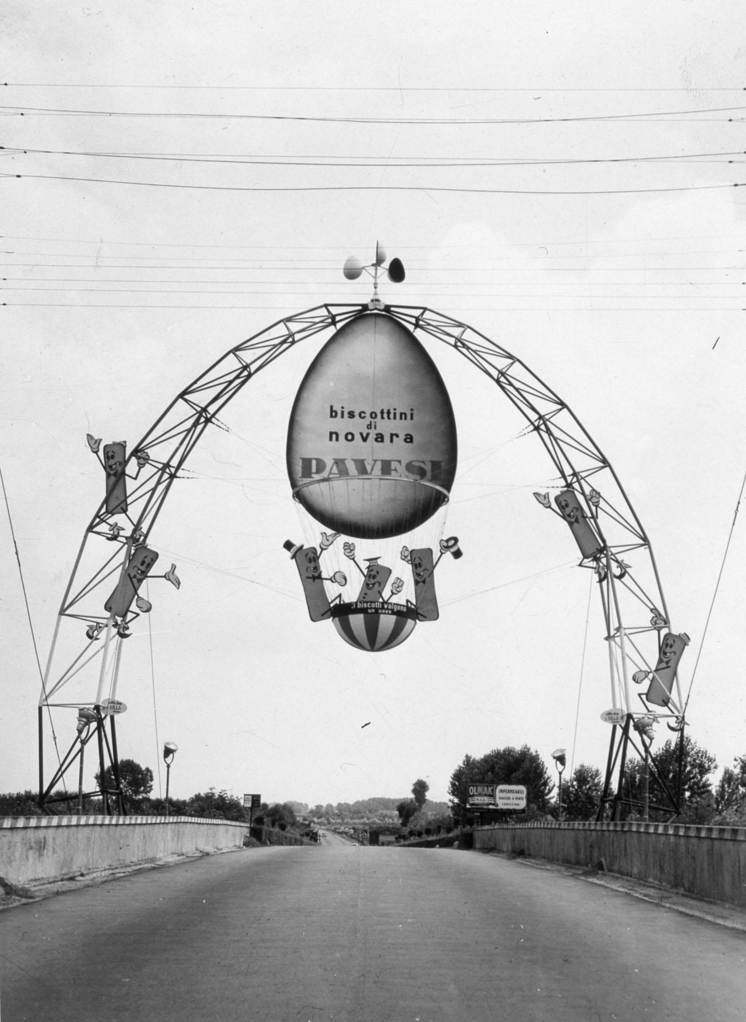 Struttura pubblicitaria sull'autostrada Torino-Milano nei pressi dell'autogrill di Novara